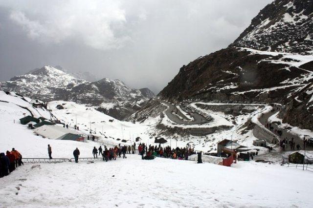 नाथूला दर्रे पर भारत-चीन सीमा की ओर चलते हुए पर्यटक