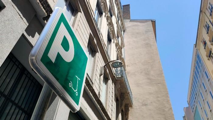 LYON   Trottinettes > stationnement obligatoire sur emplacements dédiés