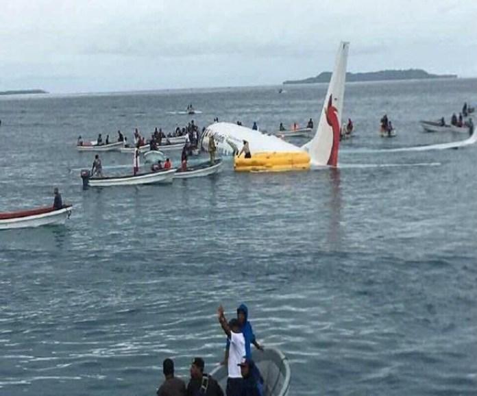 लैंडिंग के दौरान फिसलकर समुद्र में तैरने लगा विमान