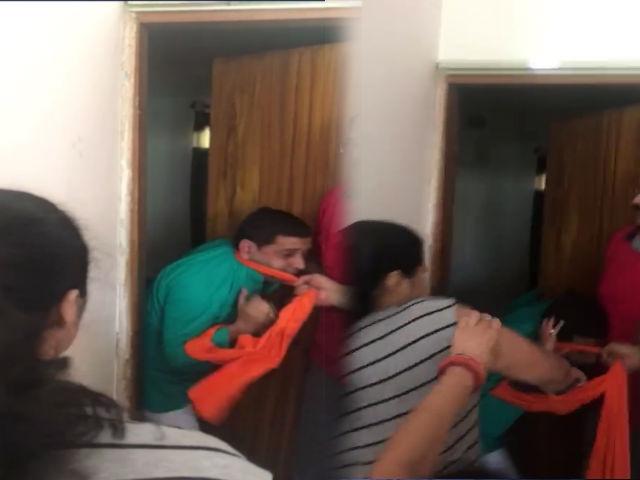 आईपीएस अफसर की पत्नी ने भाजपा कार्यकर्ता को चप्पलों से पीटा