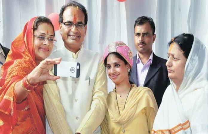 वोट मांगने गईं शिवराज सिंह चौहान की पत्नी को देख भड़की महिला