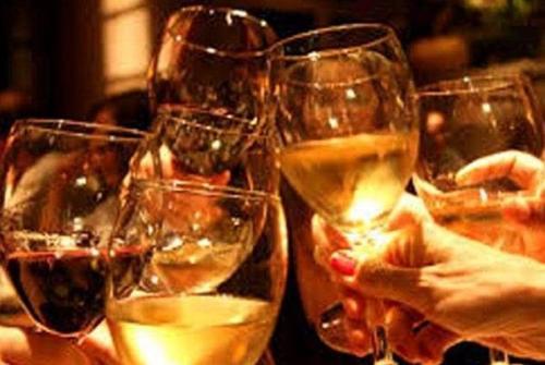 OMG! भारत में एक आदमी 6 लीटर शराब पीता है