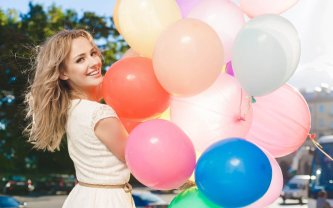 happy-girl-holding-colorful-balloons-girl-hd-wallpaper-2560x1600-8588