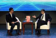 The Bill & Melinda Gates Foundation Co-Chair Bill Gates (R) receives an interview with China's Xinhua News Agency on the sidelines of the 2015 Boao Forum for Asia (BFA) in Boao, south China's Hainan Province, March 28, 2015. (Xinhua/Zhao Yingquan)