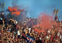Fans react during the match corresponding to the first division championship of the Argentine soccer, between San Lorenzo and Huracan, in the Pedro Bidegain stadium in Buenos Aires, Argentina, on March 15, 2015.(Xinhua/Victor Carreira/TELAM) (da)