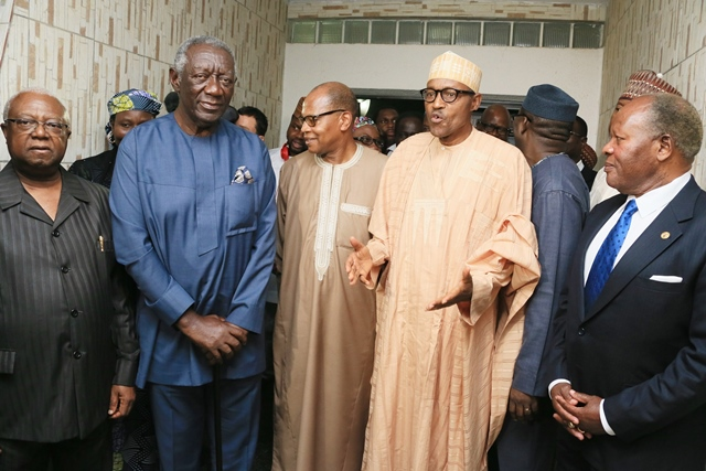 Former President of Liberia Amos Sawyer (1st L), former President of Ghana John Kufuor (2nd L), Mohammed Ibn Chambas (C), Muhammadu Buhari (2nd R), Nigerian presidential candidate of the All Progressives Congress (APC) and Malawi's former President Bakili Muluzi (1st R) are seen during a visit by the African Union delegation in Abuja, capital of Nigeria, March 30, 2015. The African Union delegates met Muhammadu Buhari on Monday night. (Xinhua)