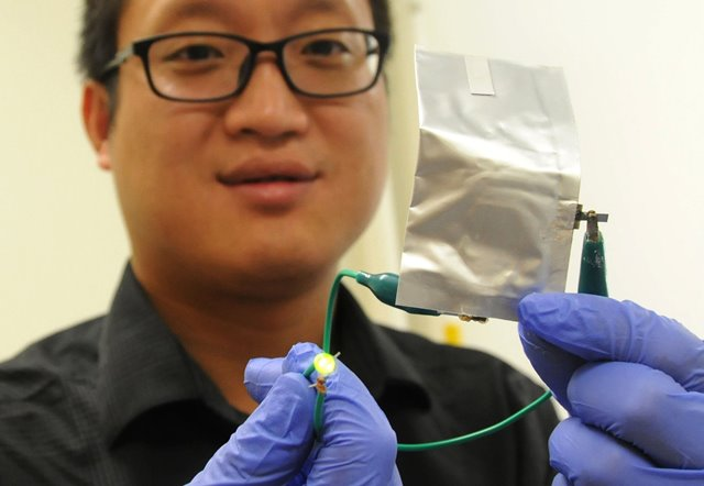 A researcher from the Stanford University shows a newly developed aluminum battery supplying electricity to a LED light when being bended at Stanford University in California, the United States, on April 2, 2015. A Chinese-led research team from Stanford University announced they have developed a rechargeable and high-performance aluminum battery that could be a safe alternative of conventional batteries. (Xinhua/Ma Dan)