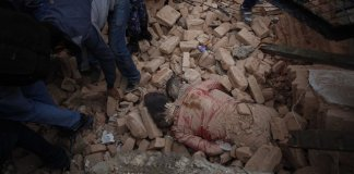 Victims are seen at a ruin after an earthquake in Kathmandu, capital of Nepal, on April 25, 2015. Death toll in Nepal climbed to 711, the country's Home Ministry said Saturday afternoon, hours after a major earthquake struck the country. (Xinhua/Pratap Thapa)
