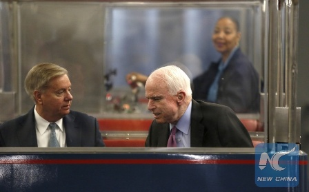 Senators Lindsey Graham (L) and John McCain (R) talk on the U.S. Senate's subway before voting on Capitol Hill in Washington on March 17, 2016. (Reuters/Photo)