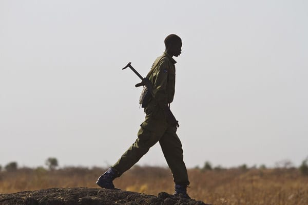 TOPSHOTS A Sudan People's Liberation Army (SPLA) government soldier walks towards the town of Malakal on March 20, 2014, after the SPLA allegedly took it over. More than 97,000 South Sudanese refugees who have fled war, misery and turmoil from their country now live in Kakuma. AFP PHOTO / IVAN LIEMAN