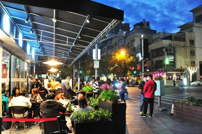 Citizens in Shanghai restore a thriving night life as the city gradually go back on its normal track. Photo: Yang Jianzheng/People's Daily Online