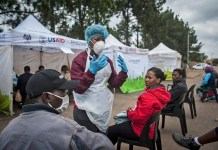A medic introduces the procedure of COVID-19 testing to citizens in Johannesburg, South Africa, April 8, 2020. The number of COVID-19 cases in South Africa has risen steadily over the past fews days amid massive community testing in a 21-day national lockdown. The country reported a total of 1,749 cases as of Tuesday, an increase of over 60 from Monday's announcement, Health Minister Zweli Mkhize said. (Photo by Shiraaz/Xinhua)