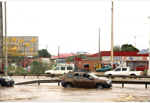 LUANDA, April 21, 2020 (Xinhua) -- Motorists wade through a flooded road in Luanda, capital of Angola, April 18, 2020. Heavy rains that struck Luanda on Saturday have left 11 people dead, 13 missing and caused hundreds of houses in many districts damaged, according to a local report. (Xinhua/Xu Kunpeng)