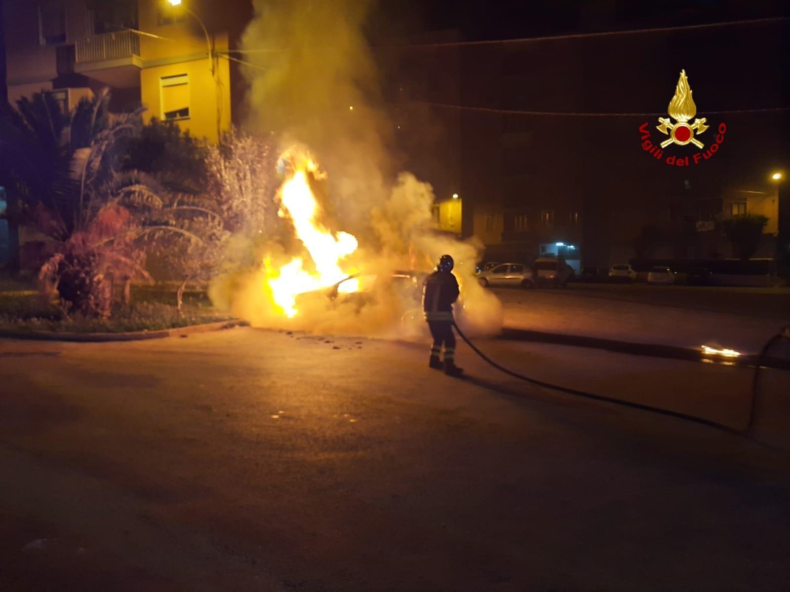 Notte di fuoco, incendio in via Luigi Cassia: auto in fiamme, le FOTO  dell'intervento dei pompieri