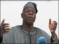 Aqui la noticia de la BBC de que Nigeria sigue prometiendo eliminar las estafas Nigerianas