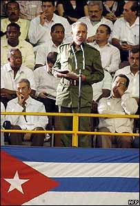 El presidente de Cuba, Fidel Castro, en un discurso en la graduación de miles de médicos.