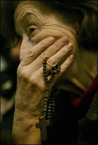 Señora sosteniendo un rosario