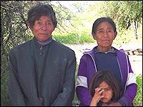 Una familia paraguaya que lleva trabajando 20 años en un rancho.