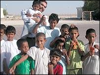 Burney con los niños