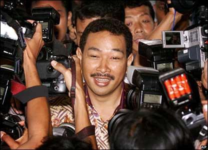 Tommy Suharto dikerubuti wartawan saat dia diperiksa aparat hukum soal tuduhan-tuduhan