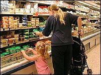 Ibu dan putrinya berbelanja
