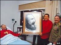 Fidel Casto en cama junto con Hugo Chávez y Raúl Castro