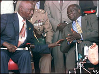 Daniel arap Moi (l) talking to Mwai Kibaki (r)