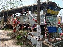 El autobús en el que Gilda encontró la muerte está cubierto de ofrendas de los devotos