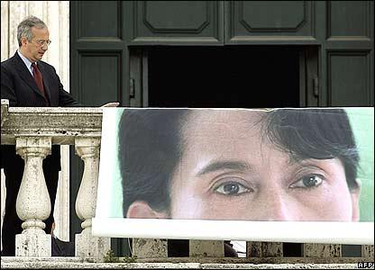 Rome's Mayor Walter Veltroni unrolls giant poster of Aung San Suu Kyi