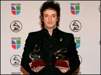 En el 2006 Cerati ganó dos Premios Grammy: a la mejor canción de rock y mejor álbum vocal .