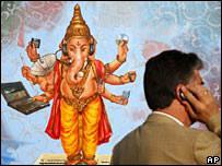 Hombre habla por teléfono en India.