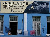 Una ventana en La Habana con una pancarta con la imagen de Fidel y Raúl Castro