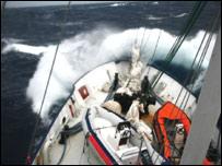 El barco tiene que enfrentar las dif�ciles aguas del canal de Drake.