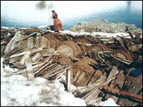 Barriles para transportar grasa de ballena hallados en una expedición anterior.