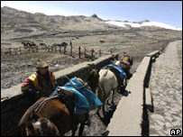 Hombre frente a Huaraz, en la Cordillera Blanca