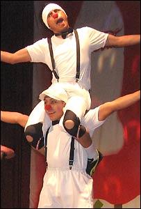 Dos de los payasos de Circo Ciudad en escena.