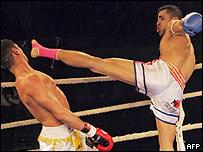 Los kickboxers profesionales no utilizan protección en la cabeza, lo cual incrementa el riesgo de daños.