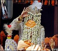 El novio llegó a la ceremonia montado en un caballo blanco.