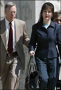 Palfrey y su abogado hablaron con los periodistas a la salida de los tribunales.