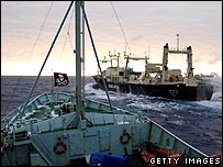 Barco pesquero japonés interceptado por opositores a la caza.