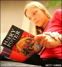 Niña leyendo el último tomo de Harry Potter, en Alemania