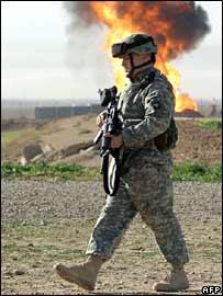 US soldier guards pipeline near Kirkuk