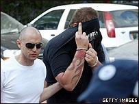 Un polic�a israel� traslada a un miembro de la banda al tribunal en Tel Aviv