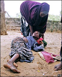 Injured Somali girl lies on the ground while she waits to be taken to hospital in Mogadishu (10/11/2007)