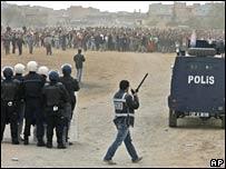 """الشرطة التركيَّة تراقب مظاهرة  لمؤيِّدي """"حزب المجتمع الديمقراطي"""""""
