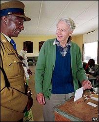 Ian Smith voting in Zimbabwe's 2000 elections
