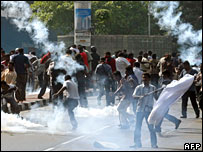 Protesters run to take cover as Malaysian riot police fire tear gas during demonstration in Kuala Lumpur (25/11/2007)