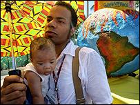 Un activista con su hijo en Bali