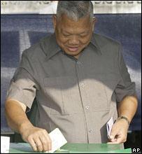 People's Power Party leader Samak Sundaravej casts his vote in Bangkok.