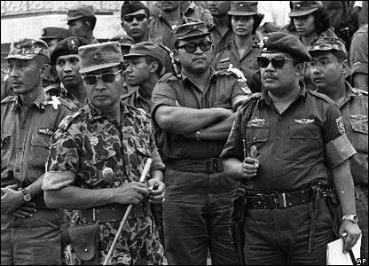 Setelah upaya kudeta pada tahun 1965, Suharto (kiri) memimpin kampanye berdarah untuk memberantas pendukung komunis. Ratusan ribu orang yang diduga komunis terbunuh di berbagai tempat.
